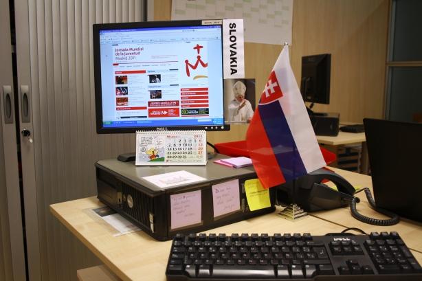 Takto vyzerá môj pracový stôl v kancelárií oddelenia Komunikácie SDM11.