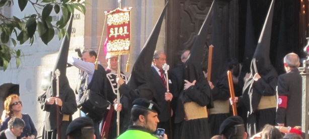 Procesiu otvoril sprievod členov Katolíckej asociácie pre Basilike sv. Miguela, ktorú túto tradíciu uchovávajú z roka na rok v pôstnom období. Pri tejto príležitosti nosia na hlavách čierne kukly, ktoré symbolizuje akt pokánia.