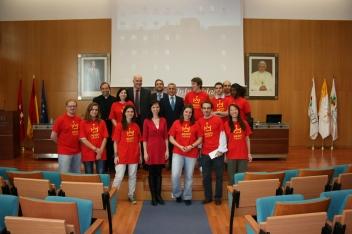 Krátko po stretnutí s hlavnými organizátormi besedy, študentmi univerzity a dobrovoľníkmi SDM11, spolu s ďalšími hosťami.