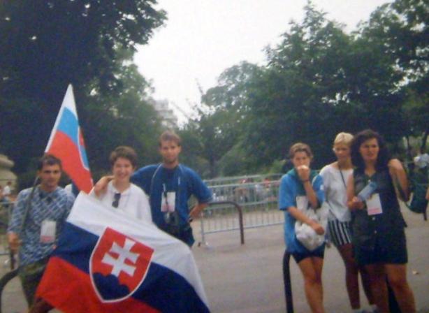 Ľudmila (druhá zľava) s Ľubomírom (tretí zľava).