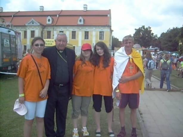 Zuzana (prvá zľava) s otcom biskupom Sečkom a ďalšími mladými zo Slovenska.